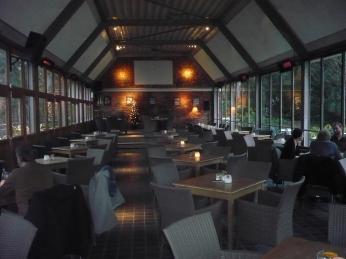 stijlvol interieur van het praat- en eetcafé van brouwerij de Dool