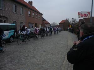 op de eerste doortocht van de kopgroep, op de Haaghoek. Op de voorgrond rechts, voormalig kampioen Freddy Maertens