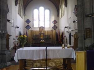 achter het altaar bevinden zich vele vaandels van oudstrijdersverenigingen