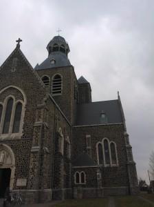 """De Sint-Niklaaskerk heeft een opvallende koepelvormig toren. Deze is van ver buiten het centrum zichtbaar en omwille van de vorm spreekt men van de """"dikkop"""" van Mesen"""