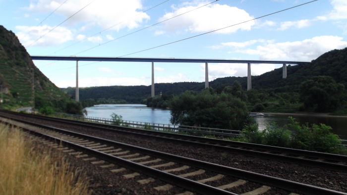 tijdens onze fietstocht naar Cochem kwamen we ook voorbij de Moezeldalbrug. Die is 935m lang en overbrugt de Moezel over een hoogte van 135m. Tijdens de bouw was dit de hoogste autosnelwegbrug ter wereld
