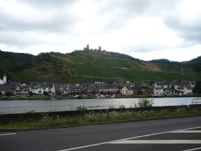 het dorpje Alken waar Burg Thurant hoog bovenuit steekt