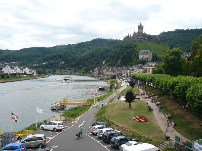 de wandelpromenade aan de Moezel in Cochem, met rechtsboven de Reichsburg