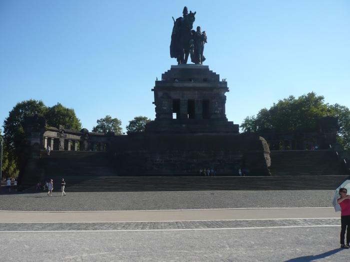het ruiterstandbeeld van keizer Willem I, aan het Deutsches Eck waar de Moezel en Rijn samenkomen