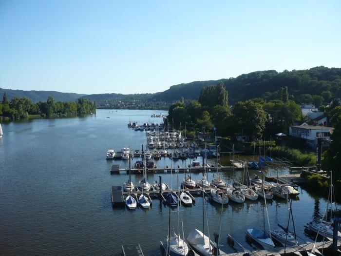 zicht op de jachthaven van Koblenz, in de laatste honderden meters voor de Moezel in de Rijn uitmondt