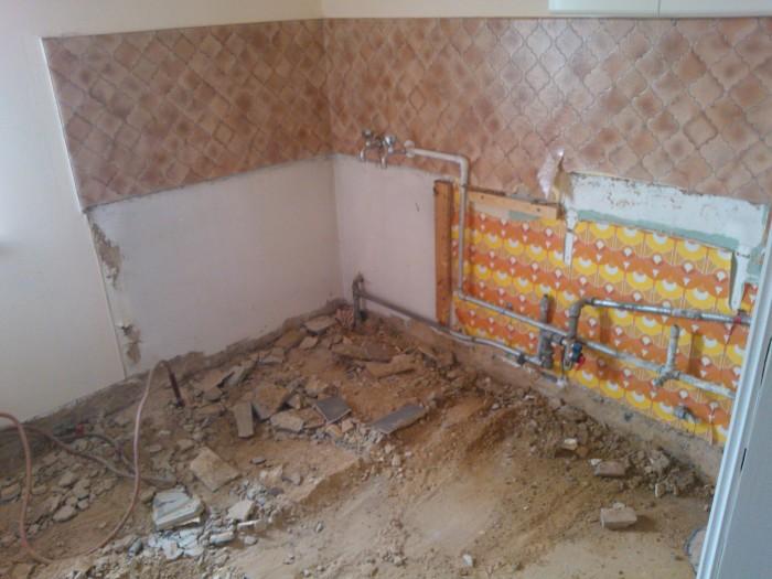 zitbad en vloer in de badkamer uitgebroken