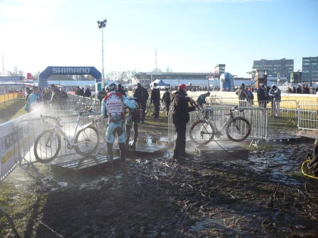 kort na aankomst op de hippodroom waren de mecaniciens al druk bezig met het reinigen van de fietsen