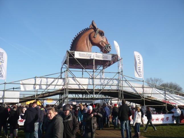 dat de wedstrijd op de hippodroom doorgaat, en dus in het teken van het paard staat, mag wel duidelijk zijn