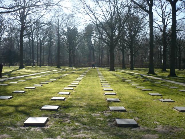 een blik op de vele grafstenen, van de meer dan 25000 Duitse militairen die hier begraven liggen