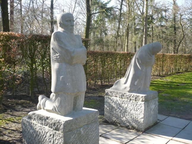 """het bekende beeldhouwwerk """"Treurend ouderpaar"""" van Käthe Kollwitz, dat zich op het einde van de begraafplaats bevindt"""