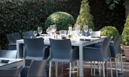 tafelen op terras restaurant Hobo's