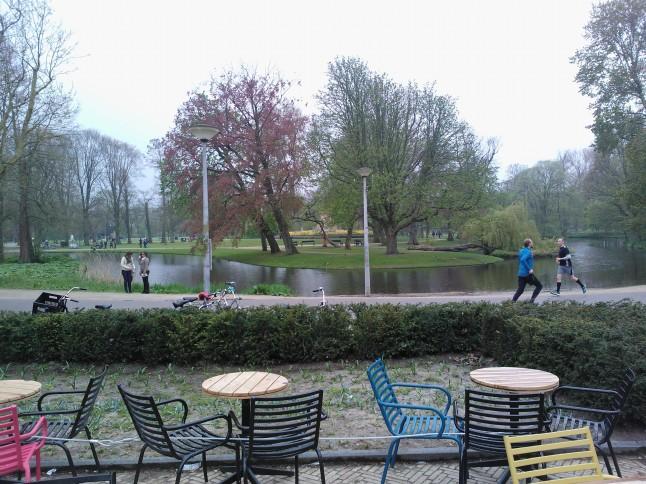 zicht op het Vondelpark vanaf het terras van Vondelpark 3