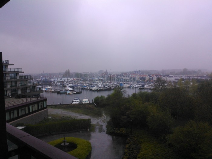 zicht vanuit onze hotelkamer in Huizen, zondagmorgen