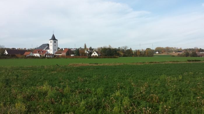 zicht op het mooie kerkje van Moregem