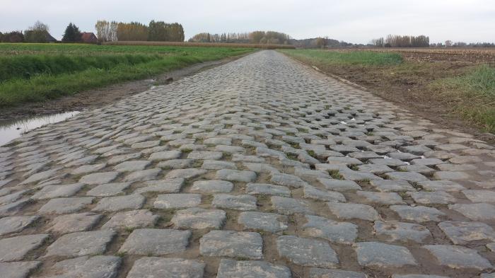 de vreselijke kasseien van de Doorn tussen Wannegem-Lede en Eine. Vaak opgenomen in de Ronde van Vlaanderen